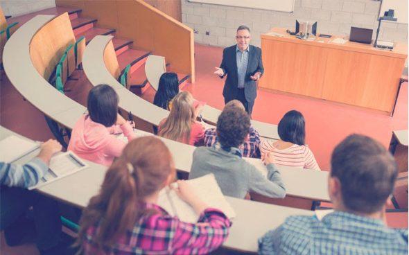 jóvenes en una clase en la universidad)