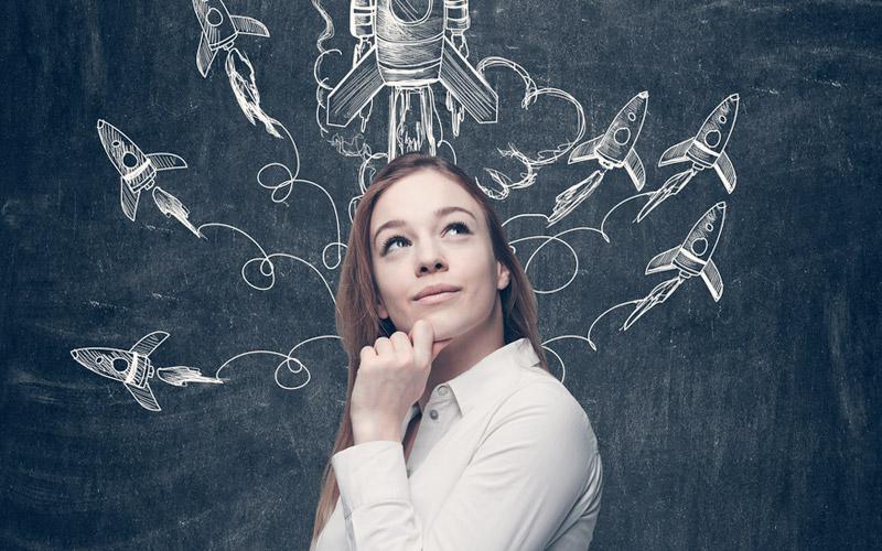 mujer joven empresaria pensando en emprendimientos colombianos