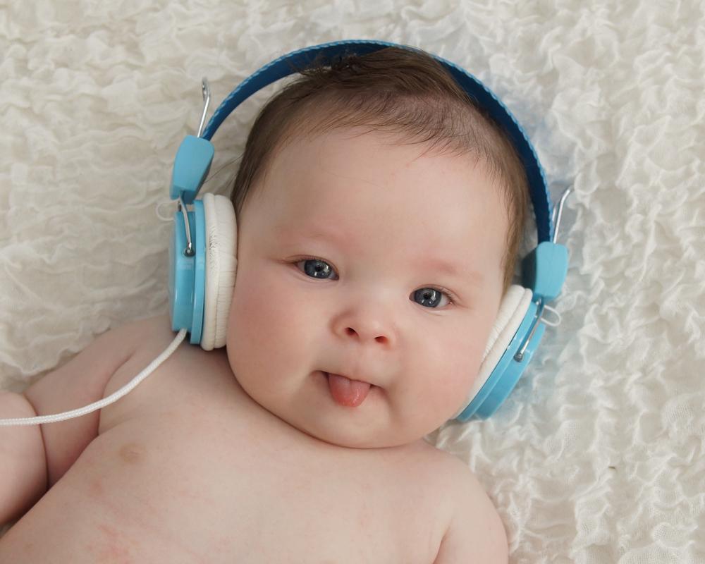 bebé recibiendo estimulación auditiva a temprana edad