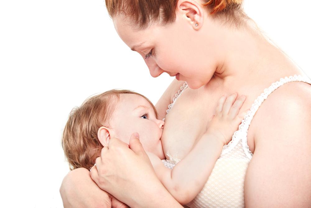 madre amamantando su bebe mientras lo estimula sensorialmente