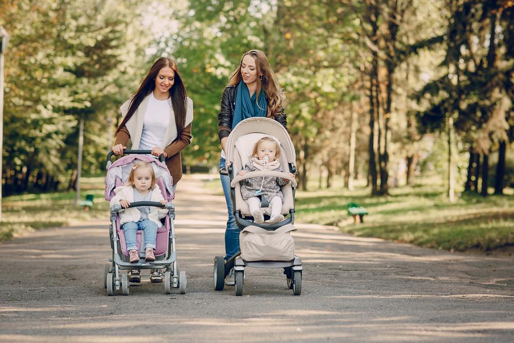 madres en caminata por parque estimulando sus bebés recién nacidos