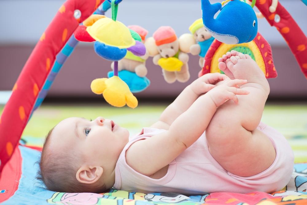 bebé haciendo ejercicios de motricidad gruesa