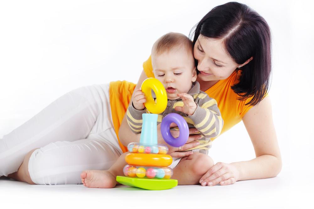 bebé haciendo actividades de motricidad fina con su mamá