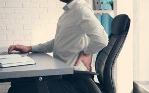 Persona con dolor de espalda por una mala postura