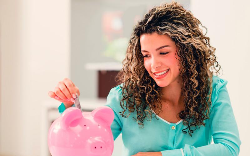 Mujer ahorrando