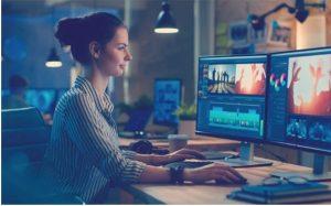 mujer joven trabajando en economía naranja o economía creativa