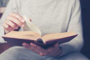 persona leyendo sobre los géneros literarios