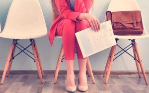 mujer en oferta de empleo falsa