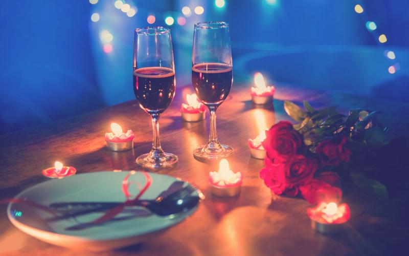 plan romántico en pareja cena con velas y vino