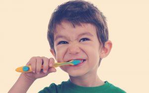 Enséñale a tus hijos a cepillarse los dientes