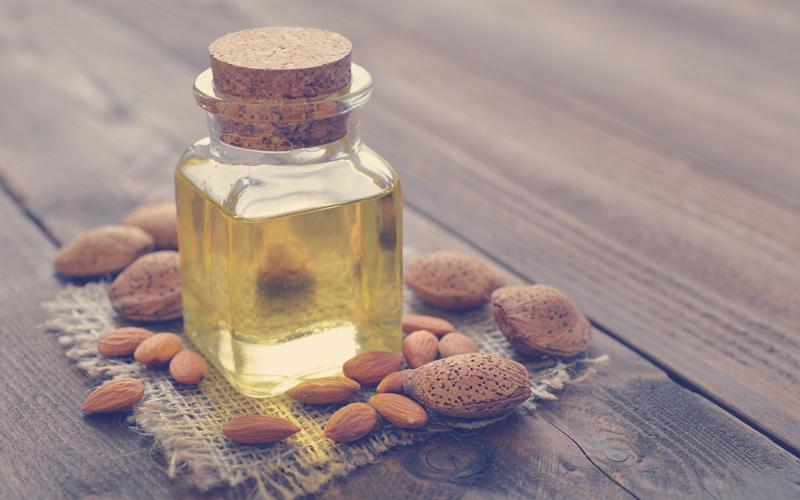 aceite de oliva en frasco de vidrio usado para mascarillas para la piel