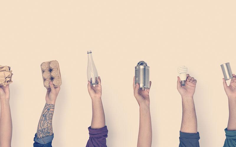 manos mostrando basura para reciclar en casa