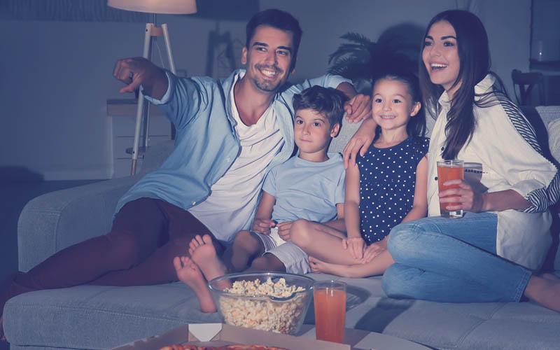 actividad familia viendo una serie con palomitas y gaseosa