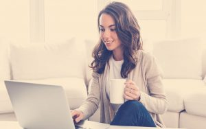 mujer joven haciendo uso de plataformas tecnológicas para el teletrabajo