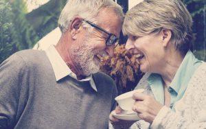 Pareja de personas mayores tomando un café