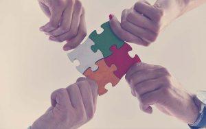 personas armando un puzzle