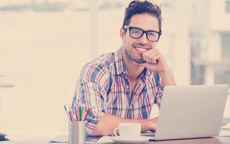 Emprendedor trabajando desde su computador