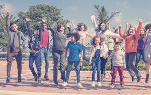 Familia colombiana saltando en la sede AV 68 de Compensar