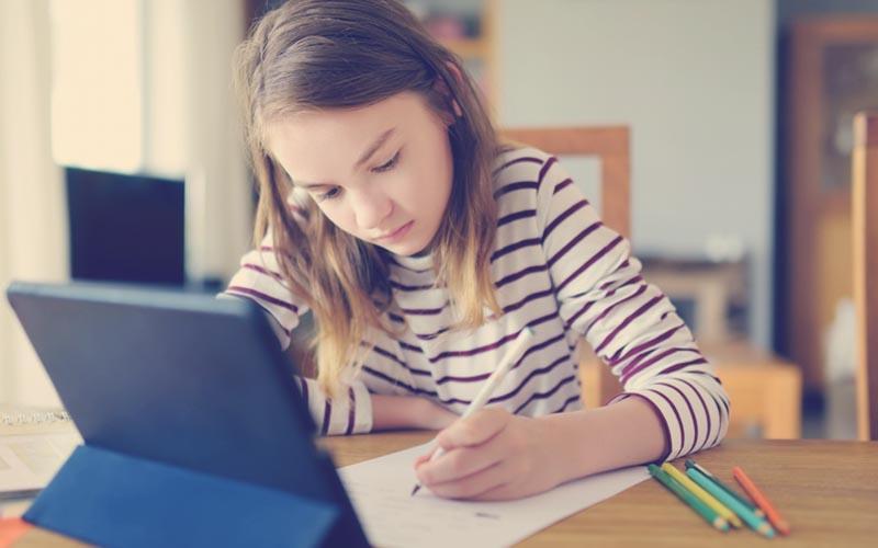 niñas haciendo sus tareas en una tablet