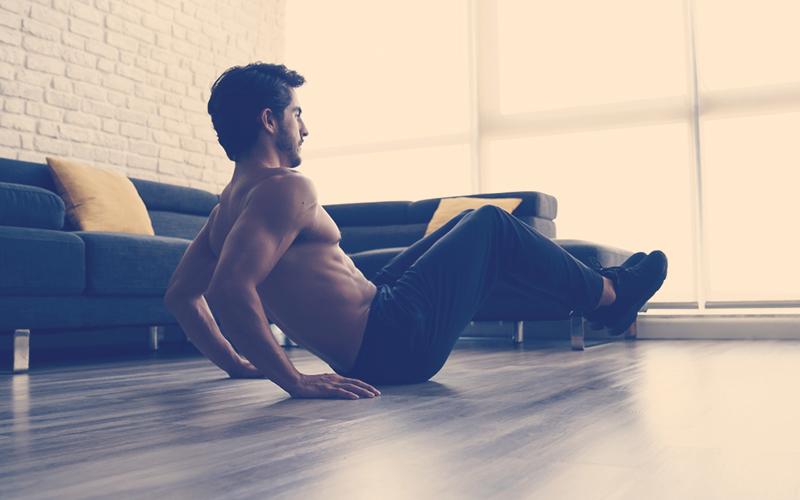 Papá realizando ejercicio en casa