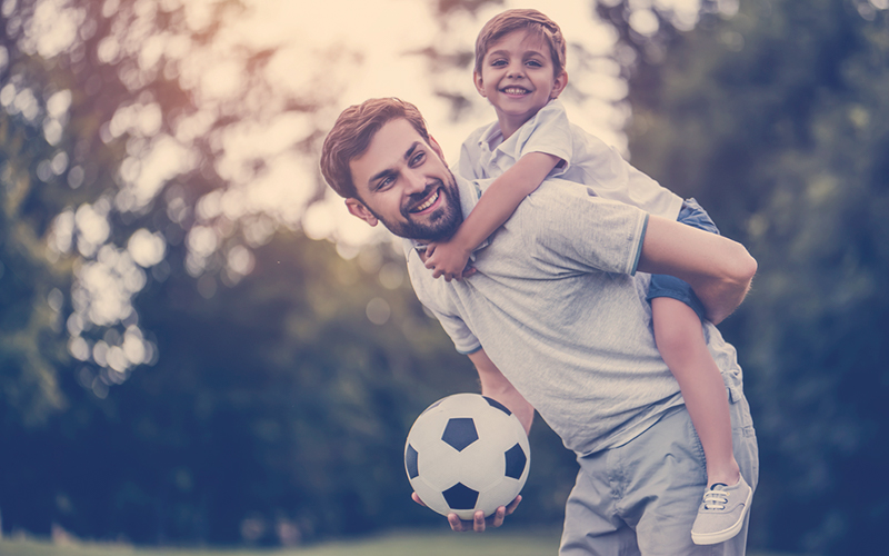 Papá jugando fútbol con su hija en el día del padre