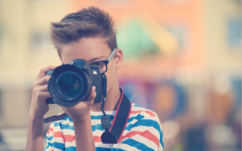 Niño con cámara grabando un video