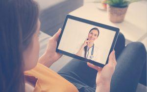 Mujer con una tablet en una consulta médica virtual