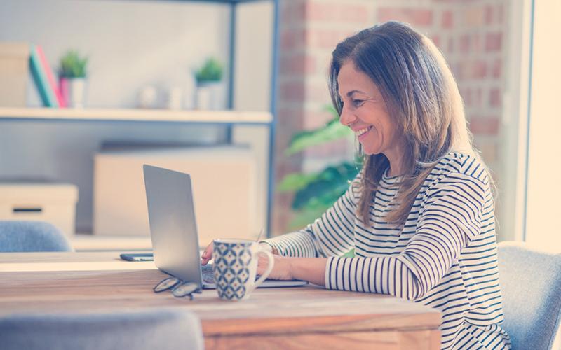 Mujer solicitando turno virtual en Compensar Salud