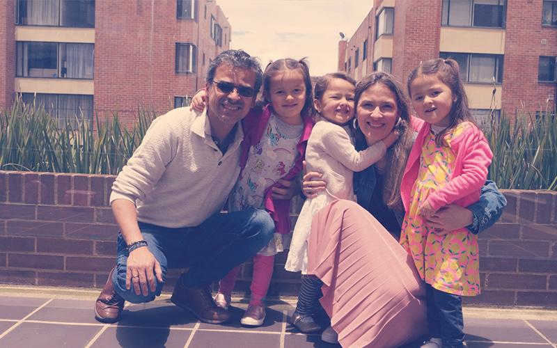 Juan Pablo Bernal y Danuta Galazka , fundadores de la Liga de los Múltiples junto a sus hijas: Catalina, Olivia y María Paz