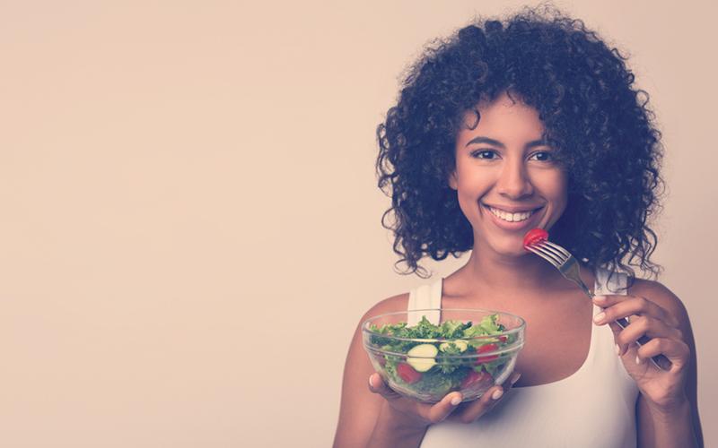 Mujer comiendo una ensalada de verduras