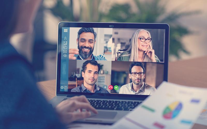 Compañeros de trabajo en una videollamada revisando un informe