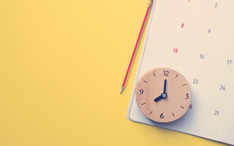 cierre del calendario o del planificador mensual en el fondo amarillo, planificación de reuniones de negocios o concepto de planificación de viajes