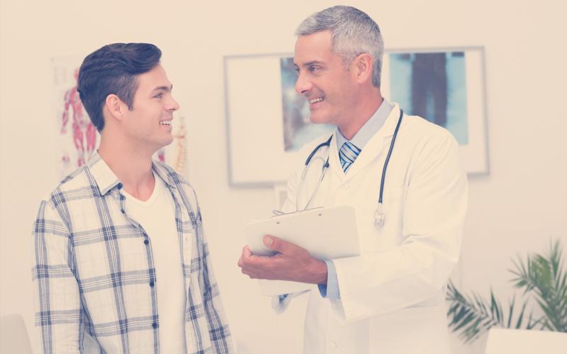 Médico ateniendo a un hombre de 25 años