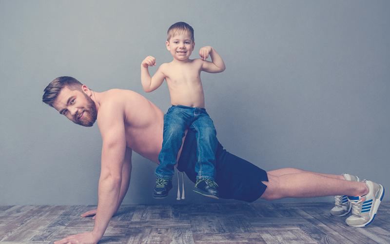 Hombre haciendo ejercicio con su hijo
