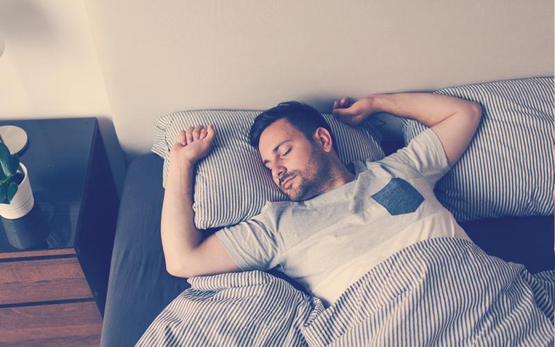 Hombre durmiendo bien
