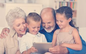familia tomando cursos virtuales