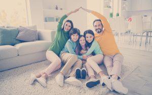 etrato de una bella y alegre familia ideal agradable tres hijos preadolescentes mamá papá sentado en el suelo de la alfombra mostrando el techo buen cambio en la cómoda comodidad ligera blanca estilo casa interior