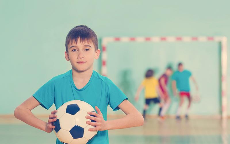 niño atrapando un balón
