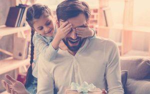 Hija entregándole a su papá un regalo