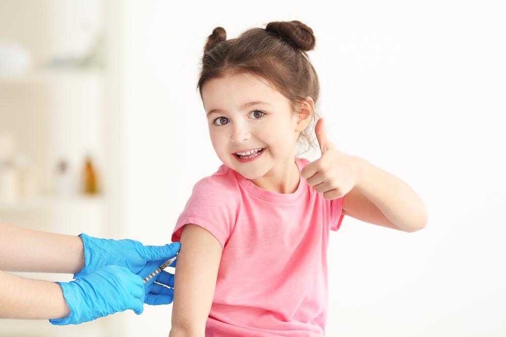Niña menor de 6 años vacunándose