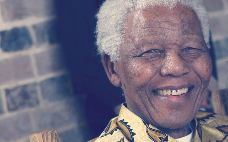 Nelson Mandela sonriendo a la cámara en un evento en Londres