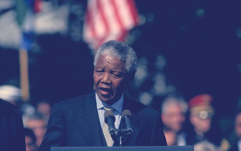 Nelson Mandela dando un discurso en Washington