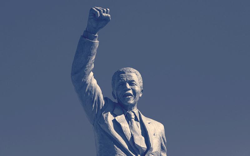 Estatua de Nelson Mandela en blanco y negro