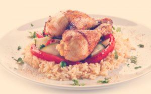 Bidones de pollo asados arroz blanco y verduras