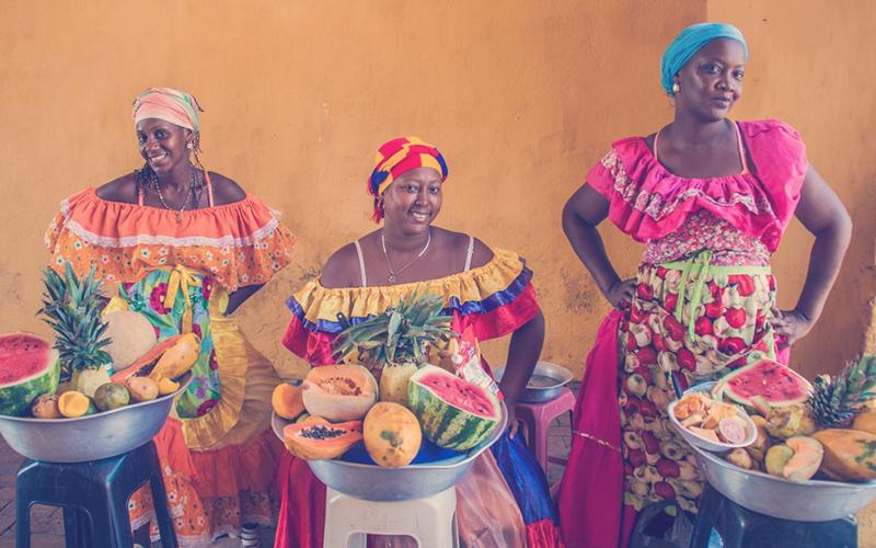 Mujeres cartageneras vendiendo frutas