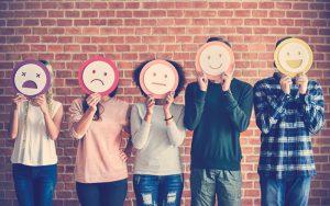 Usuarios de redes sociales mostrando su experiencia en una compra