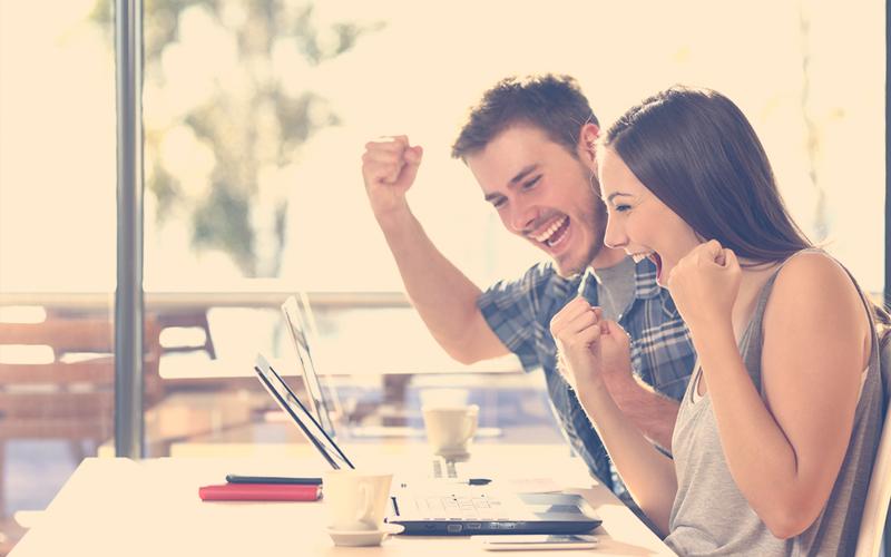 Jóvenes colombianos alegres buscando sitios web para emprendedores