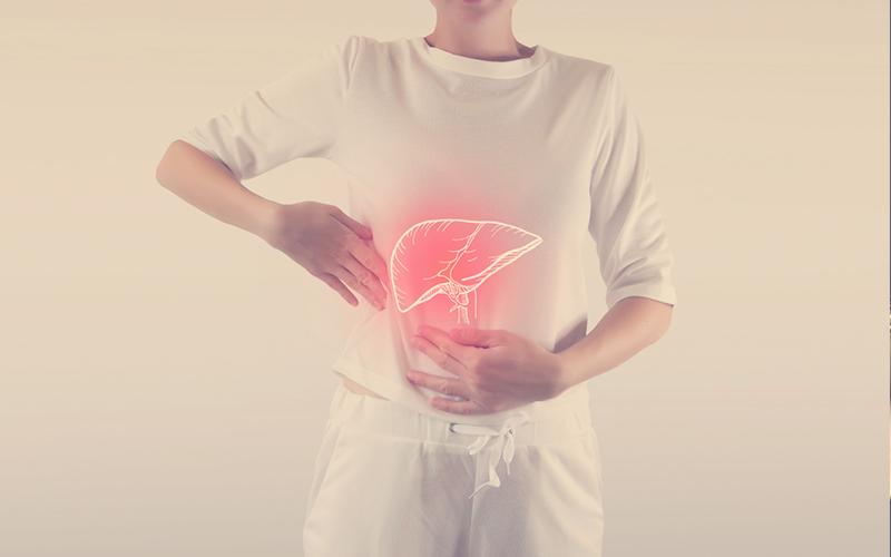 Mujer tiene un dolor en el hígado