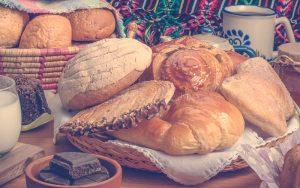 Pan surtido sobre una mesa colombiana
