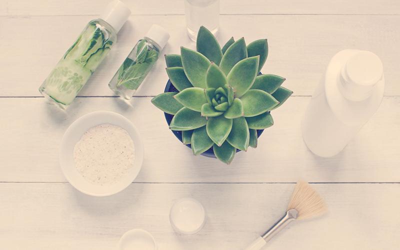 maquillaje ecológico sobre una mesa blanca